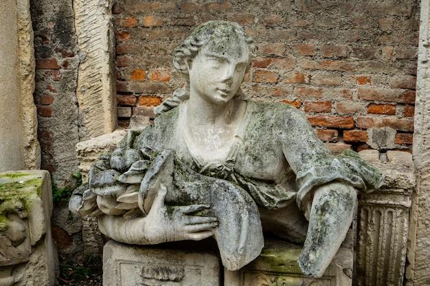 Statua nel cortile del secolo del teatro olimpico di vicenza, italia, realizzata dall'architetto andrea palladio nel 1585