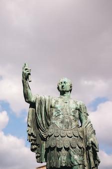Statua dell'imperatore marco nerva a roma, italia Foto Premium