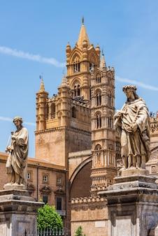Statua di fronte alla cattedrale di palermo, sicilia
