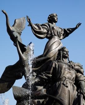 Statua dei fondatori di kiev in piazza indipendenza