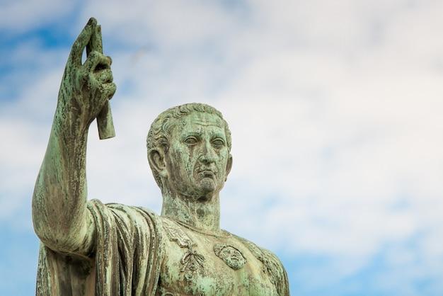 Statua di gaio giulio cesare a roma, italia