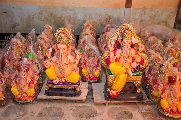 Statua del dio indù ganesha. close up di ganesha idol presso un laboratorio di artisti durante il ganesha festival.