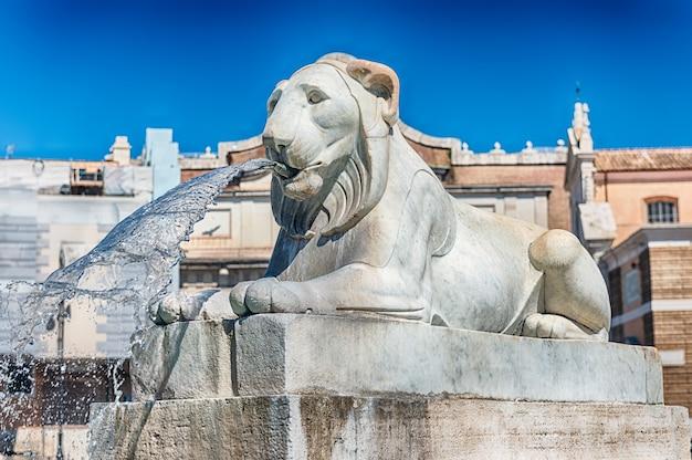 Statua nell'iconica piazza del popolo, una delle principali piazze e punti di riferimento di roma, italia