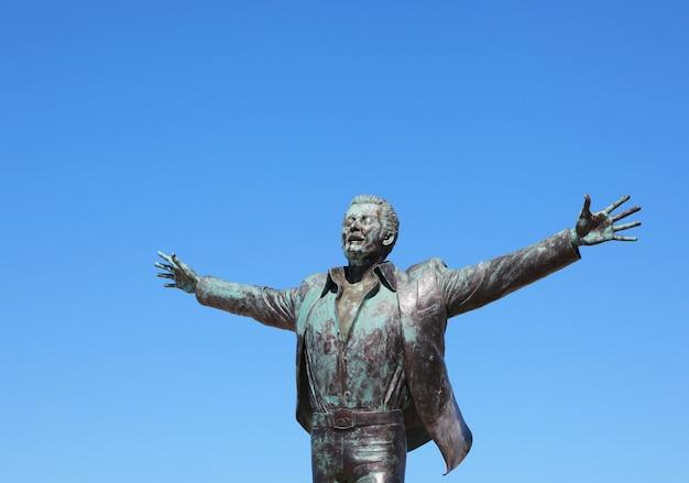 Statua del cantante e cantautore italiano domenico modugno