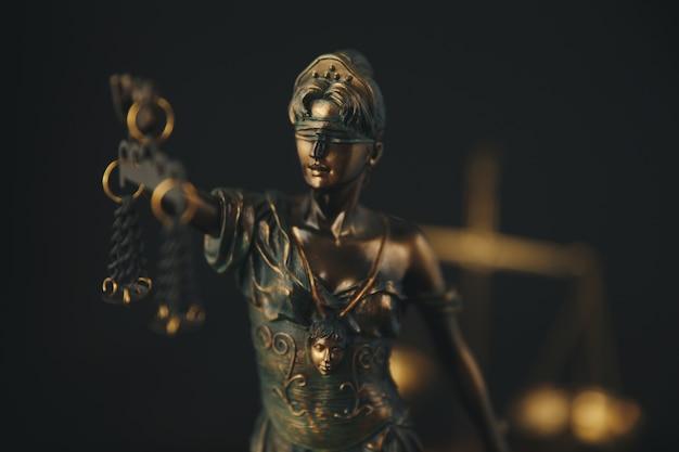Il simbolo della statua della giustizia, immagine del concetto di diritto legale
