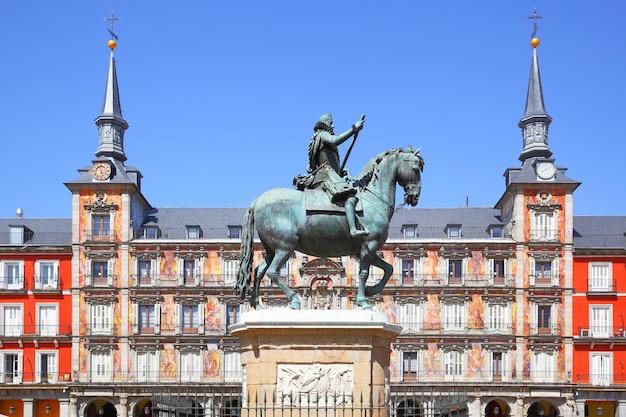 Statua del re philips iii e casa de la panaderia (panetteria) su plaza mayor a madrid, spagna