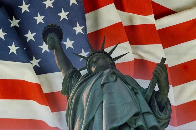 Statua della libertà sullo sfondo bandiera stati uniti new york, usa