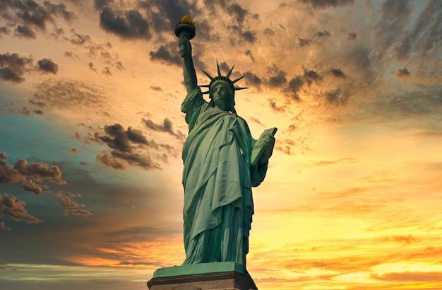 Statua della libertà con tramonto