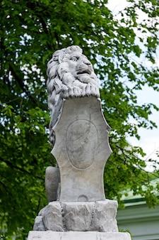 Statua del leone con uno scudo nelle zampe