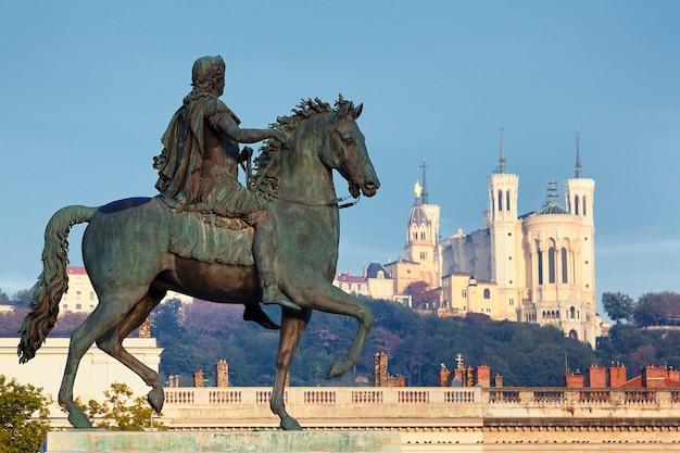 Statua di louis e basilique fourvière su uno sfondo
