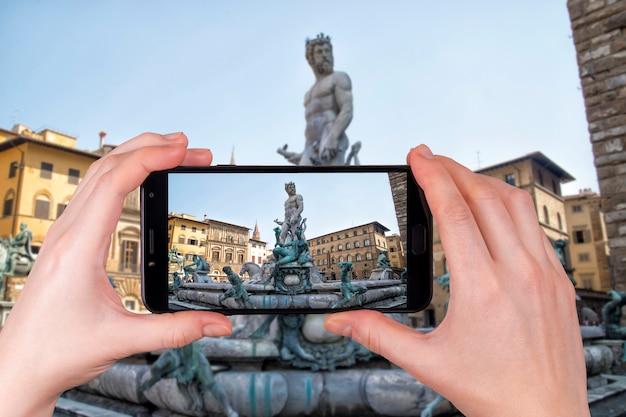 Statua di nettuno florence italy chiaro giorno d'estate. il turista scatta una foto