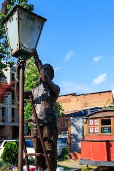 Statua del vecchio lampionaio, accendendo le luci sulle strade di tbilisi, georgia