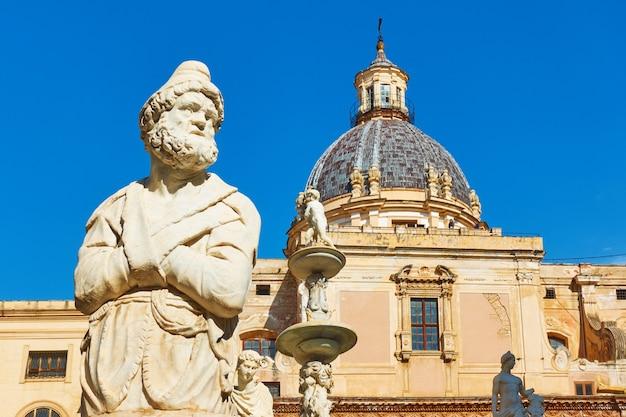 Statua del vecchio nella fontana pretoria di francesco camilliani (fontana della vergogna, 1574) a palermo, sicilia, italia
