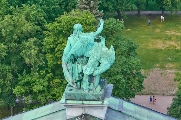Statua di san giovanni con un'aquila sul tetto della cattedrale di sant'isacco a san pietroburgo.