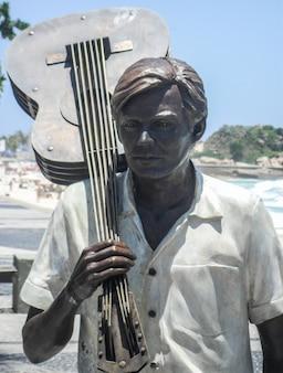 Statua di tom jobim a ipanema a rio de janeiro in brasile