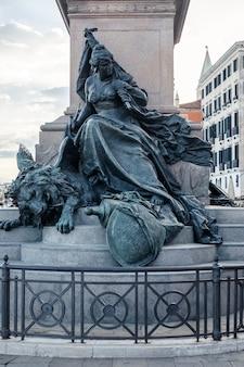 Statua con leone e donna a venezia, italia