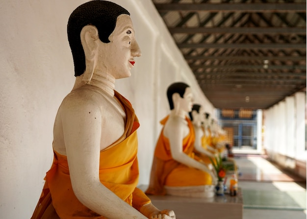 Statue di arahant o santi buddisti al wat that noi in nakhon si thammarat thailand