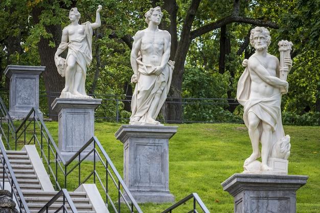 Statue di scacchiera hill cascade in peterhof, saint petersberg, russia