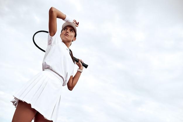 Mantieniti in buona forma il giovane tennista è in piedi sul campo