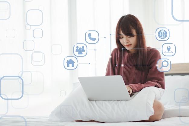 Resta a casa concetto felice bella donna casual che lavora su un laptop