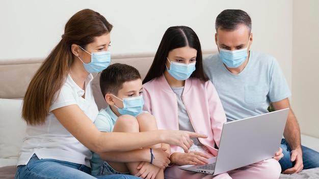 Resta in casa famiglia indossando maschere mediche