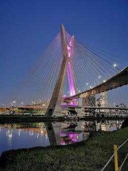 Soggiornato ponte a san paolo attraverso il fiume pinheiros di notte.