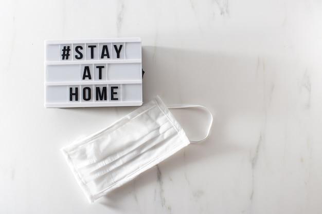 Rimanere a casa segno messaggio lightbox con hashtag di testo