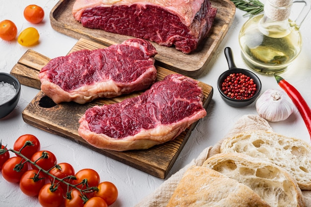 Ingredienti per hamburger di bistecca con manzo, carne marmorizzata, su bianco