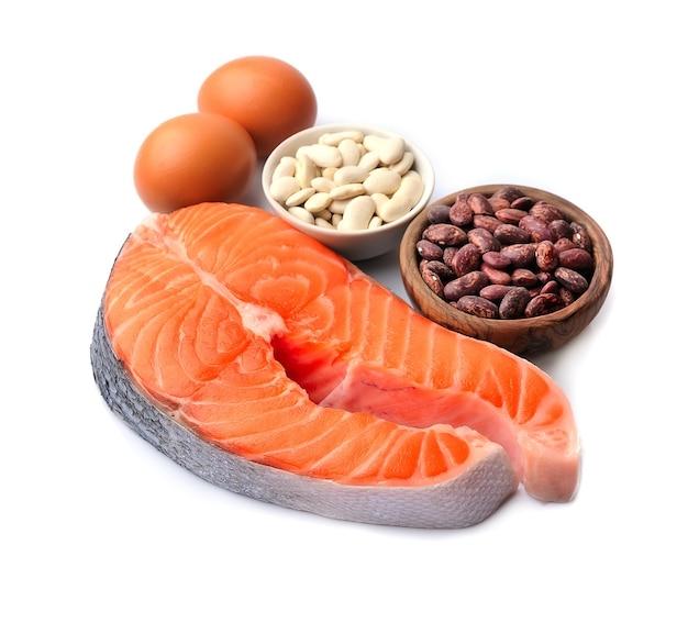 Bistecca di pesce salmone con fagioli e uova isolate su sfondi bianchi. keto.