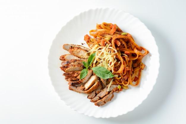 Bistecca di carne con spaghetti e formaggio su bianco,
