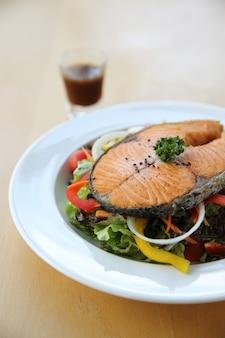 Bistecca di salmone con insalata