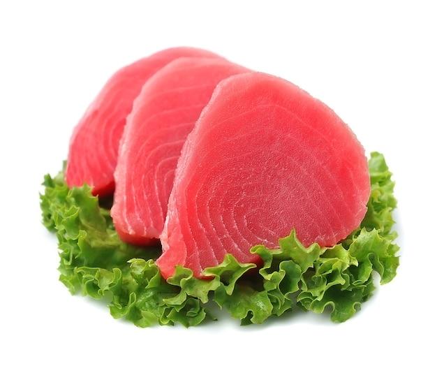 Bistecca di tonno. tonno crudo isolato su sfondi bianchi.
