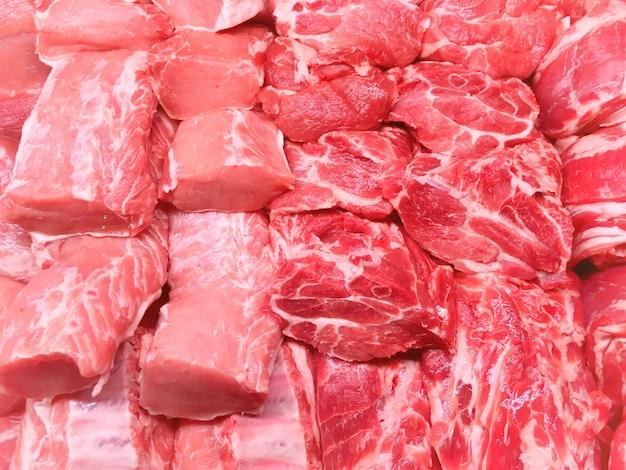 Bistecche di carne rossa di manzo e maiale al mercato