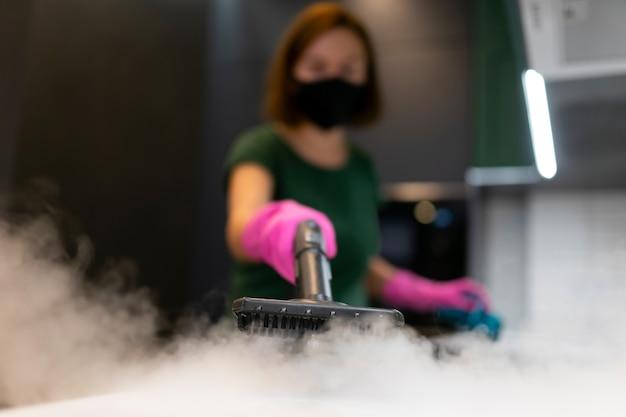 Processo di pulizia a vapore per mobili da cucina