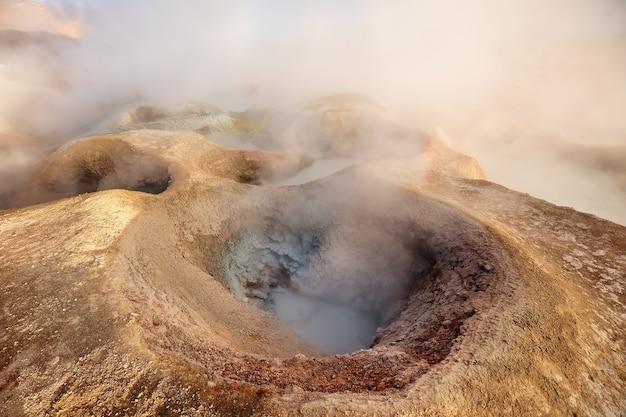 Piscina di vapore e fumo all'alba a sol de manana. geyser vulcanici in bolivia, sud america
