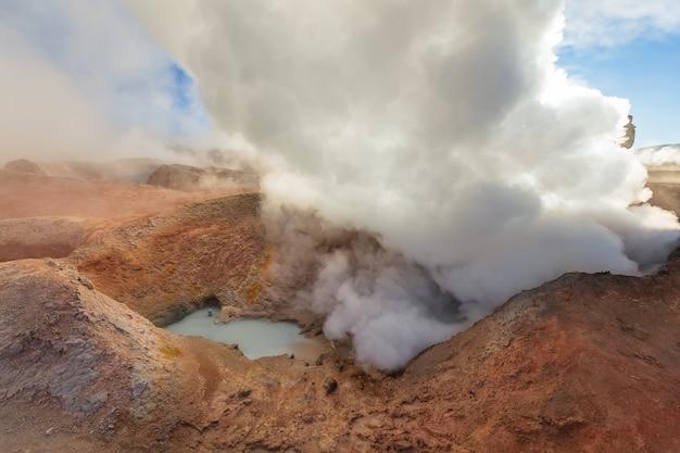Piscina di vapore e fumo a sol de manana all'alba. geyser vulcanici in bolivia, sud america