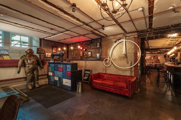 Stile interno punk a vapore del pub a san pietroburgo russia