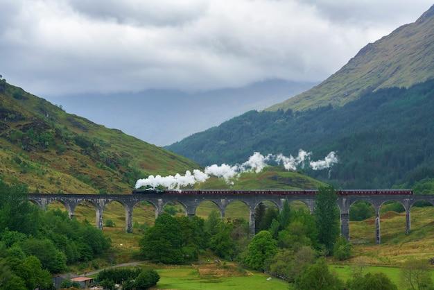 Treno a vapore sul viadotto glenfinnan cosiddetto ponte di harry potter situato nella parte superiore del loch shiel nelle highlands occidentali della scozia