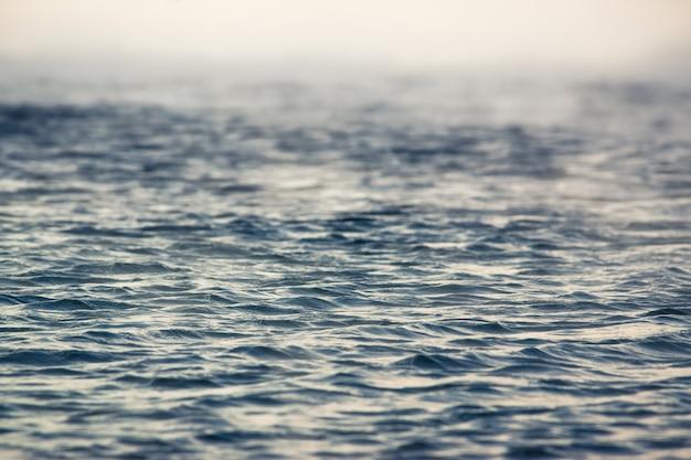 Vapore sopra l'acqua del mare d'inverno