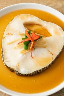 Baccalà al vapore con salsa di soia o pesce neve al vapore o branzino cileno con salsa di soia