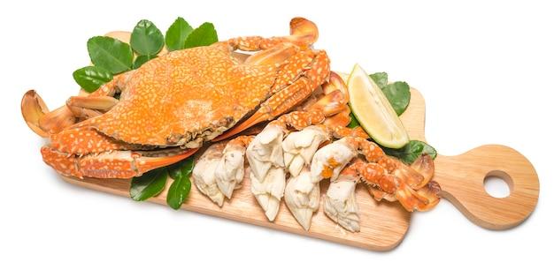 Granchio al vapore con sul piatto di legno. granchio blu cotto al vapore, stile tailandese, frutti di mare.