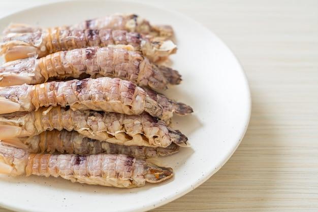 Gamberi o canocchie al vapore o stomatopodi con salsa piccante di frutti di mare