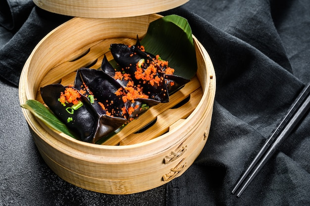 Gnocchi al vapore dim sum in piroscafo di bambù. vista dall'alto