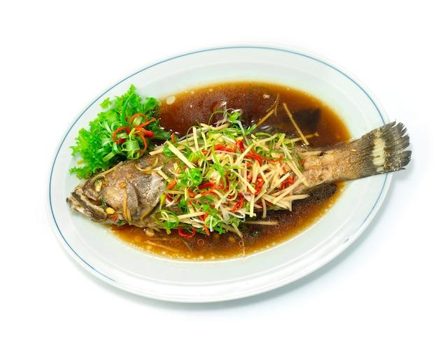 Pesce cernia al vapore con salsa di soia topview stile cibo cinese