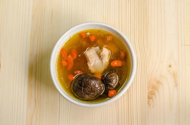 Costolette di maiale al vapore, funghi neri e erbe cinesi, cibo cinese.