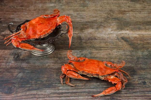 Granchi rossi al vapore su fondo di legno. menù di mare.