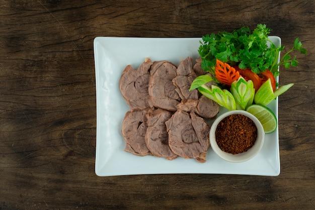 Stinco di manzo al vapore servito in pasta di peperoncino galangal (nam-prik-kha) cibo tailandese stile lanna settentrionale vista dall'alto