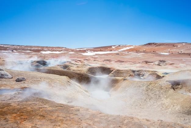 Cottura a vapore degli stagni con acqua calda sulle ande, bolivia