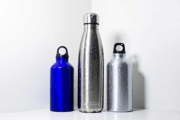Acciaio e alluminio, bottiglie termiche eco per acqua, su fondo bianco. Foto Premium