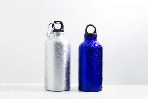 Acciaio e alluminio, bottiglie termiche eco per acqua, su fondo bianco.